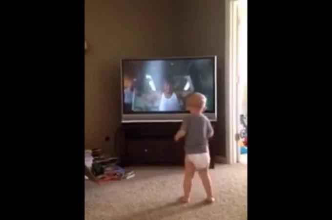 Bébé qui imite Rocky