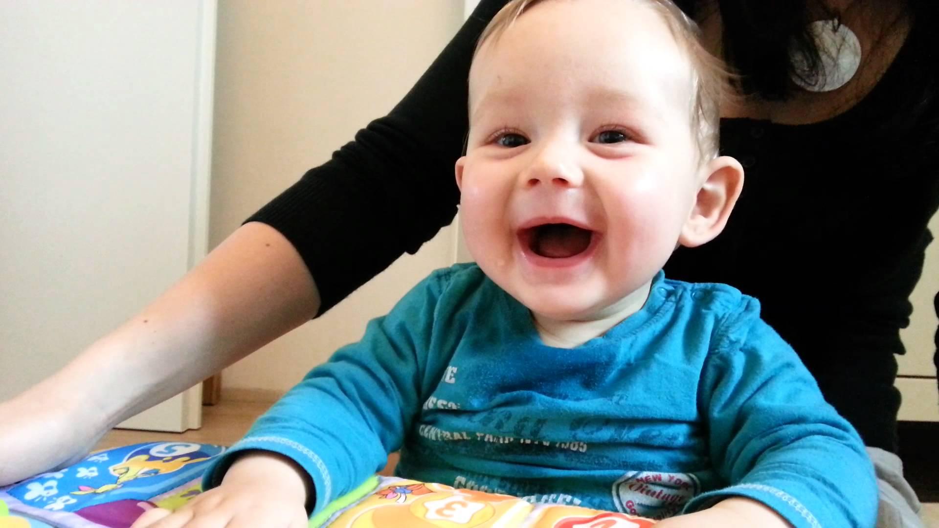 Bébé qui rigole au atchoums de sa mère