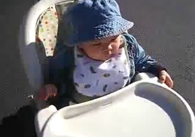 bébé tiré par une voiture radiocommandé