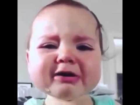 Bébé trop mignon qui pleure