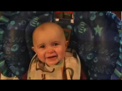 Un bébé qui pleure quand sa maman chante