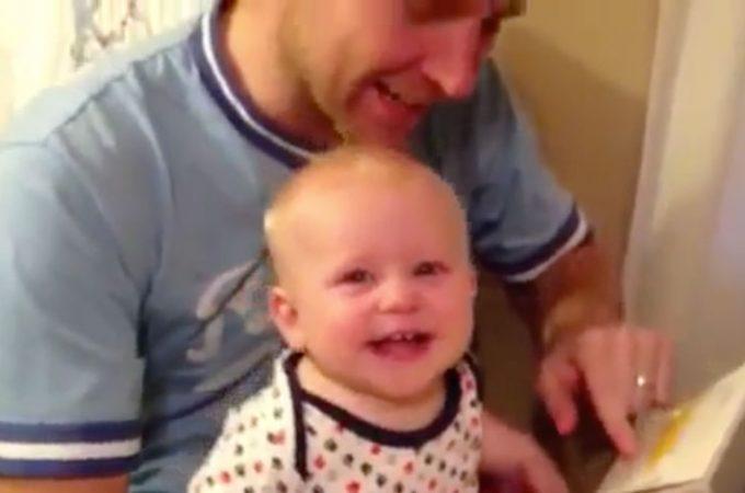 Vidéo de bébé trop drôle qui découvre la lecture