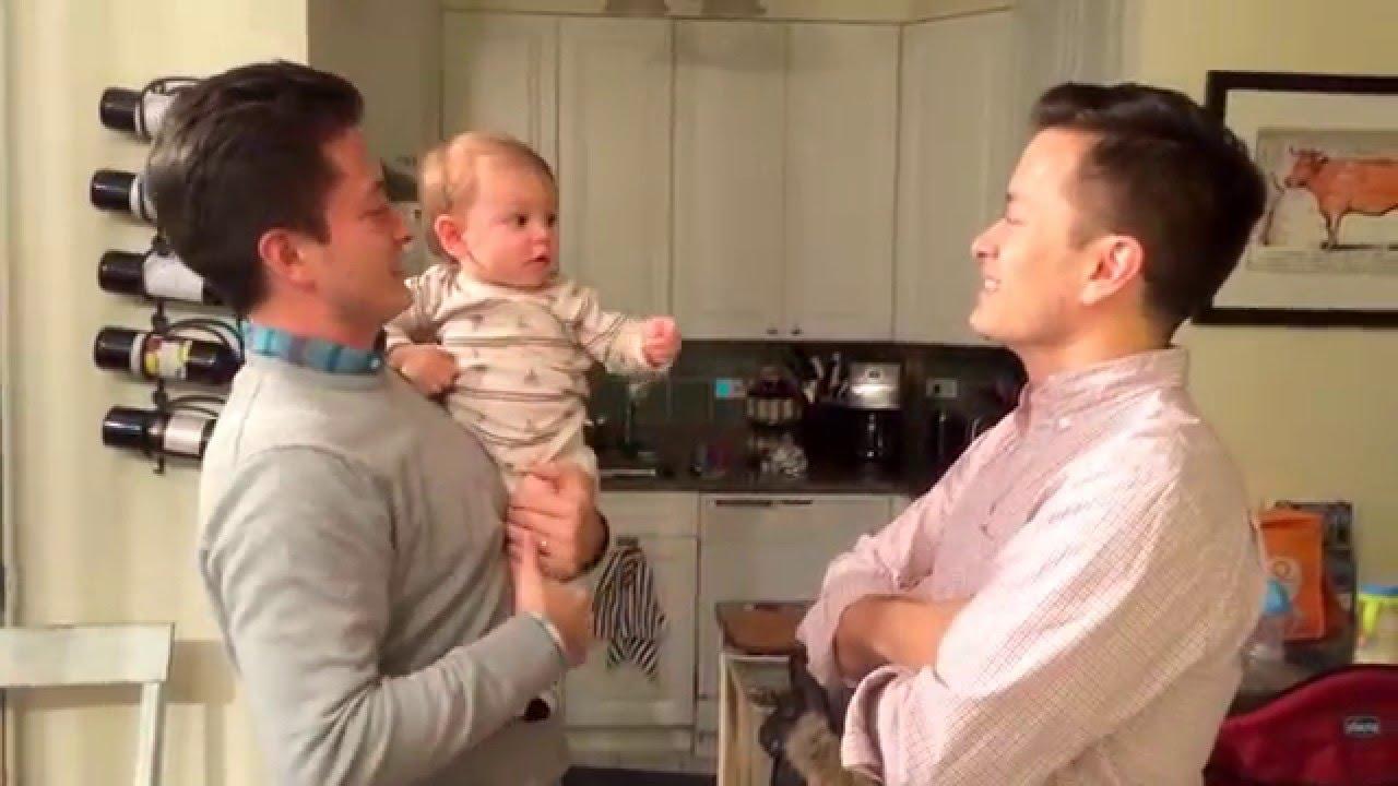 Bébé trop mignon qui a un papa avec un frère jumeau