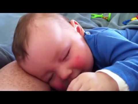 Vidéo de bébé trop drôle qui rit en dormant