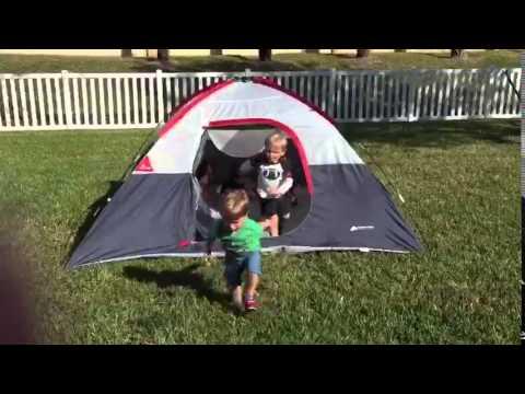 Bébés trop drôles qui sortent d'une tente