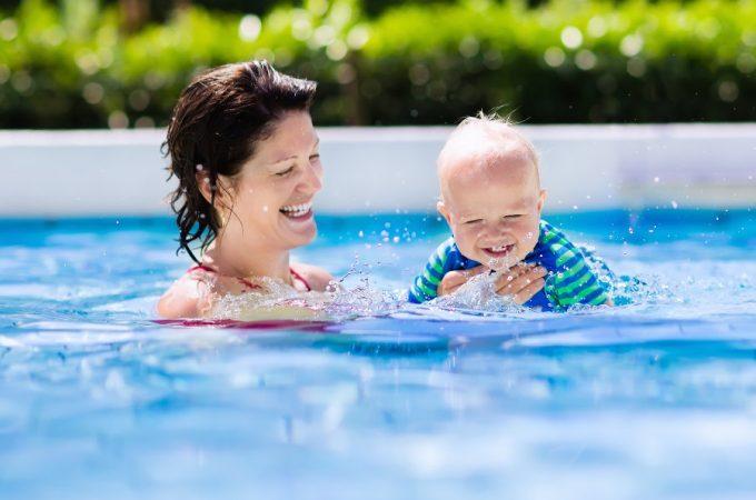 maman et son bébé nageur