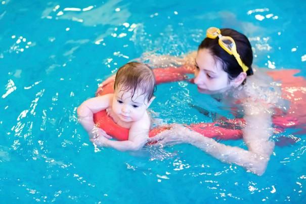 mere et son bebe nageur